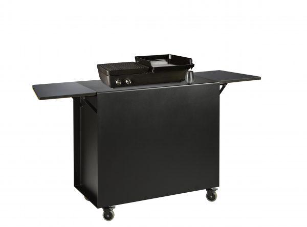 Gasbarbecue dubbele brander (grill en plancha) met zwarte trolley en trespa zijtafeltjes.